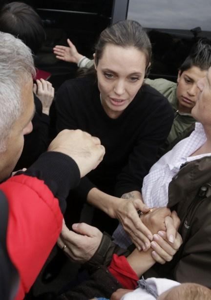 """Анджелина Джоли : """"Сначала они убили моего папу""""..."""