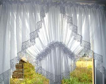 Оформляем окно на кухне: легкие белые шторы