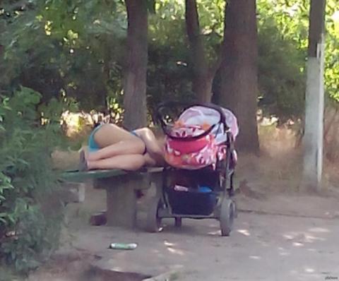 Решила помочь маме с ребенком, а соседи говорят, что я дура, может я действительно не права?!