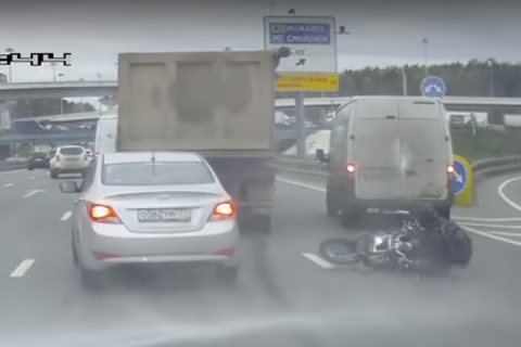 Дорожники «смыли» мотоциклиста на северо-западе Москвы