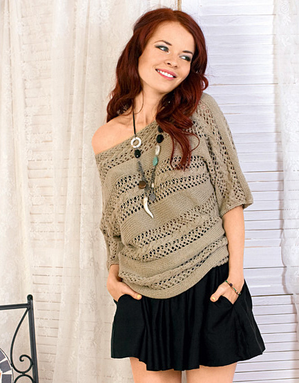 Поперечно вязаный пуловер с ажурными полосами