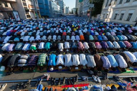 В Москве мусульмане отмечают праздник Ураза-байрам.