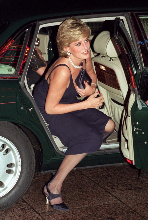 Личный дизайнер сумочек принцессы Дианы открыла тайну, зачем она прижимала клатч к груди