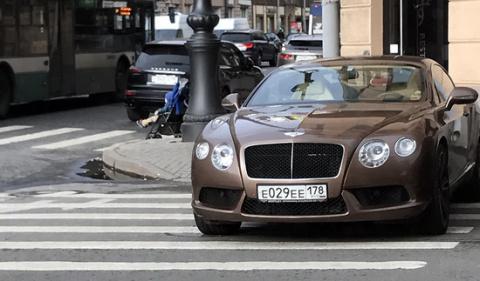 В Санкт-Петербурге женщина припарковала Bentley на пешеходном переходе
