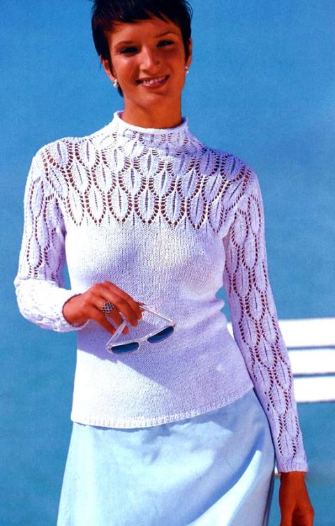 Простой пуловер с ажурной кокеткой