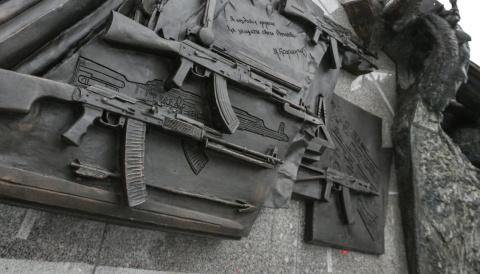 Скульптор отказался исправлять ошибку на монументе Калашникову