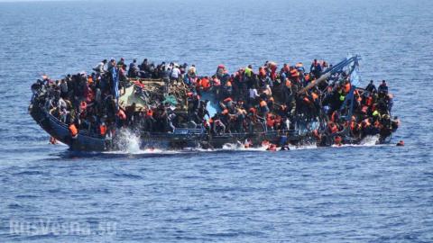В Средиземном море терпит бедствие судно с беженцами