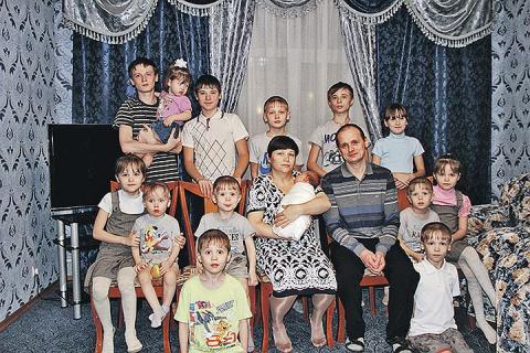 Пожарный нашел жену по фото. Теперь у них 14 детей