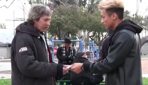 Парень дал бездомному 100 до…