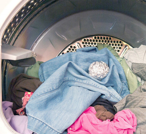 Зачем бросать в стиральную машину шарик из фольги?