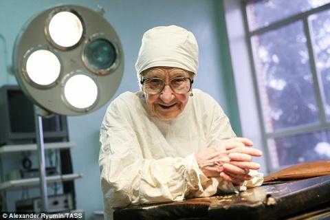 Этой женщине 90 лет, а она д…
