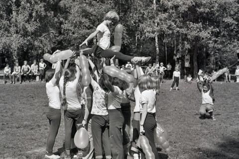 1979 3 смена. День физкультурника.  На шпагате Ира Дудник.