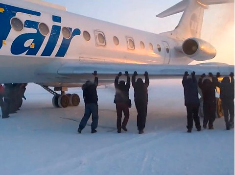 В Игарке наказаны сотрудники, допустившие буксировку самолета пассажирами