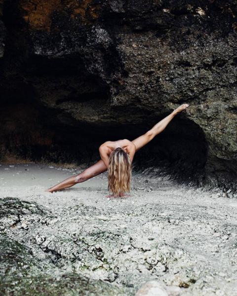 Сексуальная поклонница йоги …