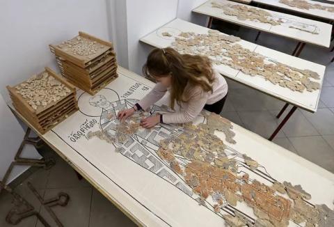 Из трех миллионов фрагментов реставраторы Новгорода восстановят древние фрески.