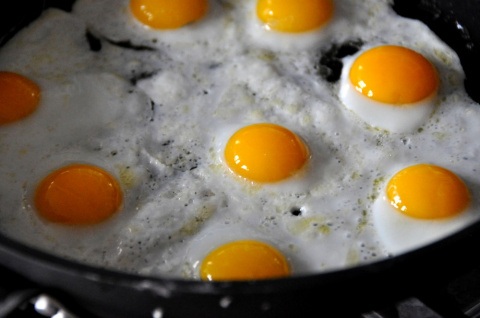 Вкуснейшая яичница-глазунья на сливочном масле