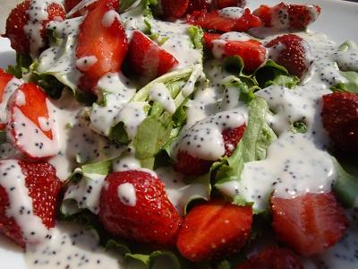 Салат с листьями салата, клубникой и маковой заправкой