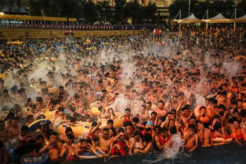 Китайцы набиваются в бассейны так, что за ними не видно воды