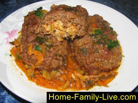 Мясные зразы с начинкой из капусты в томатном соусе