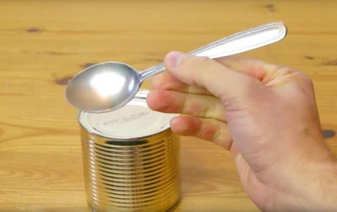 Как открыть консервную банку при помощи ложки (ВИДЕО)