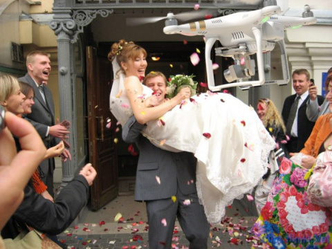 Жених вынес невесту на руках…