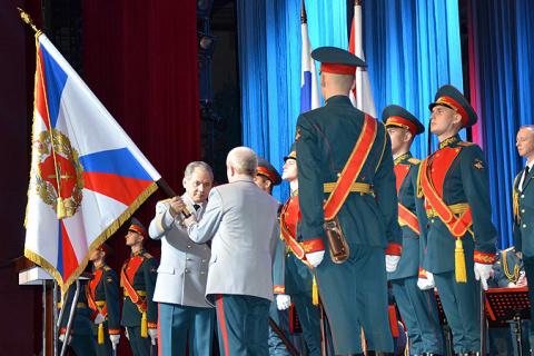Национальному центру управления обороной России вручен штандарт
