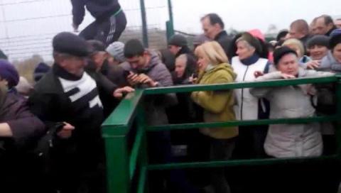 На границе с ЕС украинцы в массовой давке едва не растоптали женщину