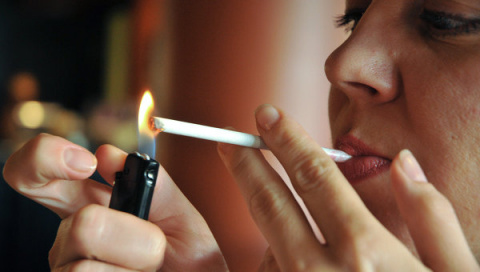 Сижу с сигаретой в кафе и сл…