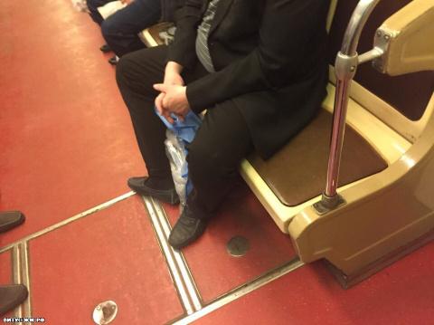 Наплевательское отношение в метро