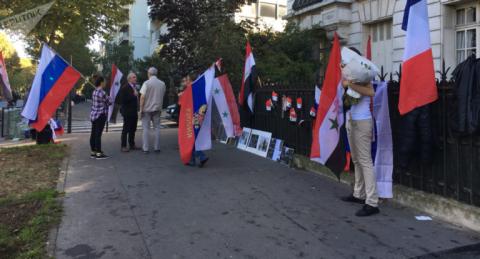 Перед российским посольством в Париже собрались более десятка сирийцев