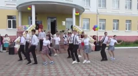 Зажигательный танец выпускников и бесподобная учительница! Вот как нужно праздновать выпускной в школе!