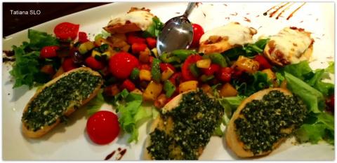 """Гренки """"по-итальянски"""" с соусом песто,  грибами и беконом с обжаренными овощами."""