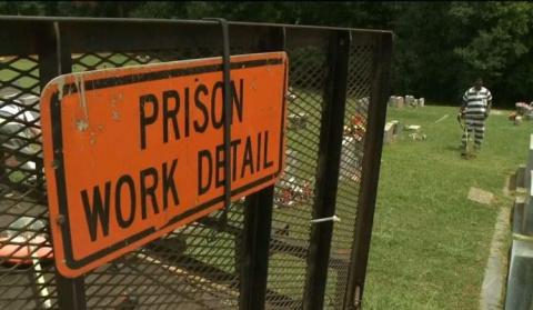 Тюремные заключенные видят, как их офицер упал в обморок. Они хватают его оружие и телефон и встают перед выбором