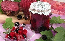 Маринованная свекла с ягодами смородины