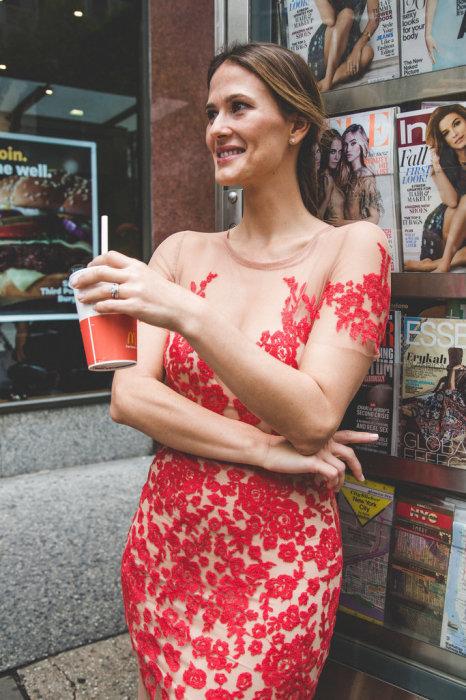 Смелый эксперимент: девушка прошлась по улицам своего города в «голом» платье