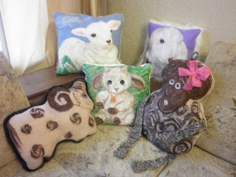 Подушки в подарок на Новый год выполнены методом мокрого валяния рисунок шерстью. Обратная сторона-искусственный мех