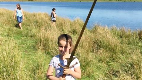 Девочка нашла легендарный «Эскалибур» в озере, которое описано в мифах про короля Артура