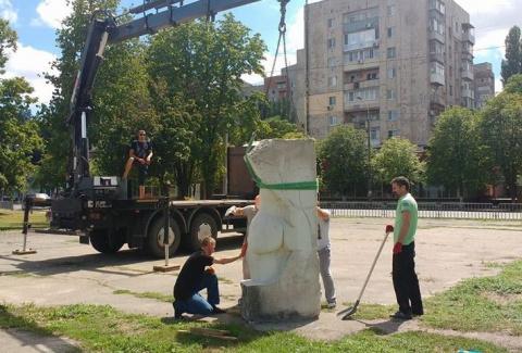 Современная Украина: на улицу Днепропетровска опустилась огромная ж*па