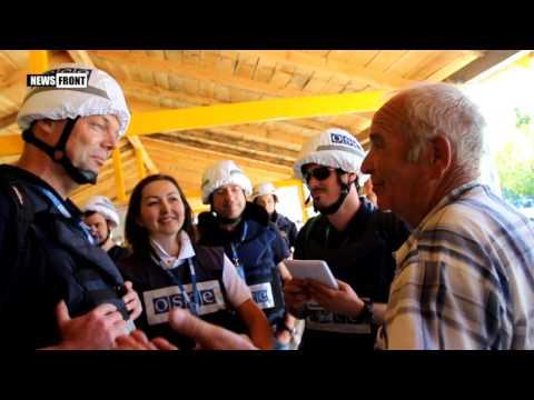 Замглавы СММ ОБСЕ Хуг и веселый дед на КПП ЛНР у Станицы Луганской