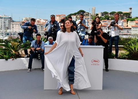 Универсальный солдат: 5 белых платьев, которые можно носить с джинсами (и без)