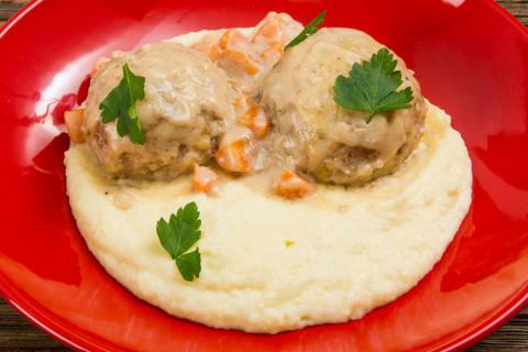 Вкусные тефтели-ежики запеченые в сметанном соусе с картофельным пюре