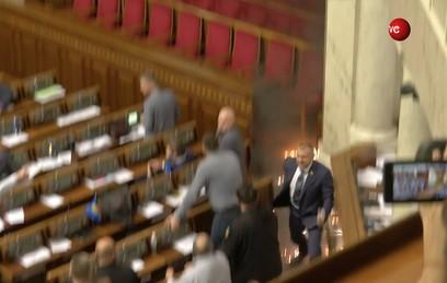 Депутат бросил дымовую шашку в зале Верховной рады. Видео