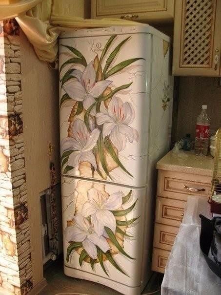 Ваш скучный белый холодильник не вписывается в интерьер? Это можно решить весьма изысканно.