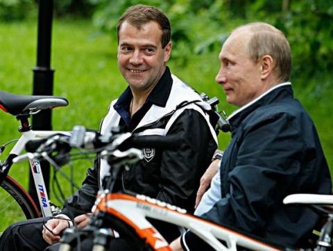 Почему Путин тянет с отставкой Медведева