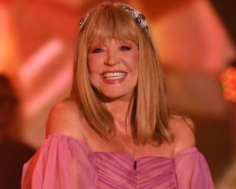 68-летняя Пугачева сразила поклонников декольте и полупрозрачным платьем на фестивале «Жара»