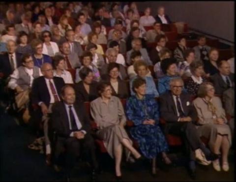 Герой, который спас 699 детей во время Холокоста, не знал, что вокруг него сидят спасенные им люди...