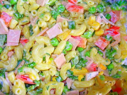 Нудельсалат также популярен в Германии , как оливье в России. Все кто любит сытные салаты, у кого большие семьи, по достоинству оценят этот салат. Он выглядит красочно и аппетитно