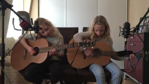Папа попросил близняшек спет…