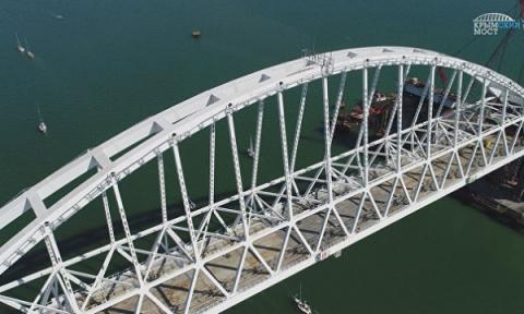 Под аркой Крымского моста пр…