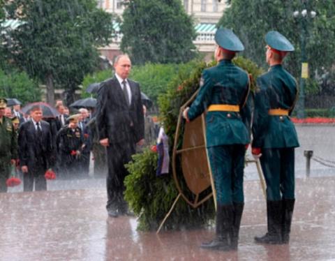 Путин под проливным дождем в…